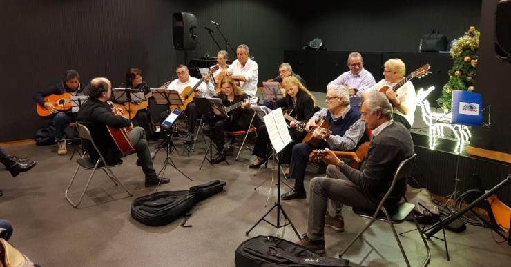 Els alumnes de guitarra i havaneres del Casal de la Gent Gran tanquen el curs amb un concert