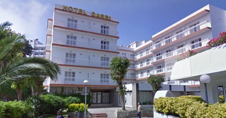 Un turista de 18 anys, ferit greu en caure d'un tercer pis d'un hotel