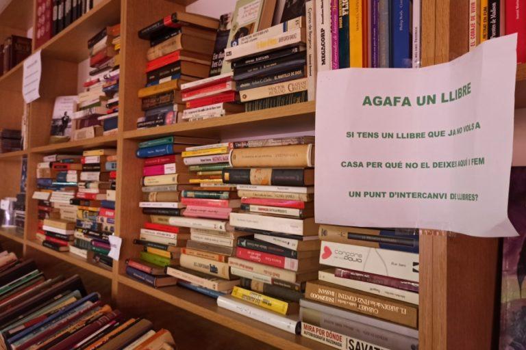Creen un punt d'intercanvi de llibres al Mercat Municipal