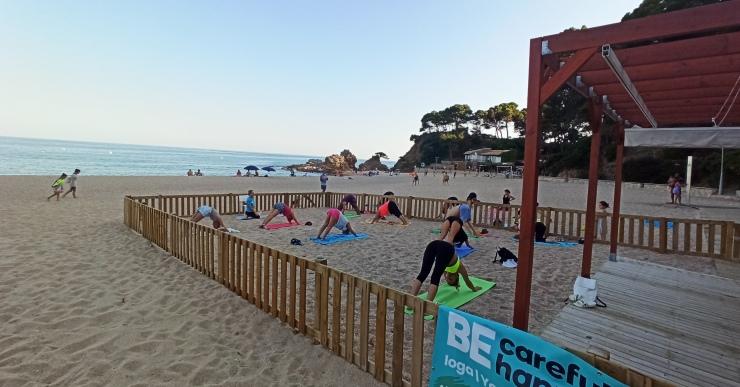 Demanda elevada a les sessions de ioga a les platges de Lloret i Fenals
