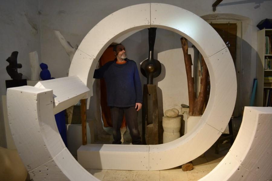 Jordi Coll, treballant amb una de les seves obres