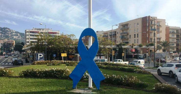 El llaç de la rotonda de l'avinguda Vila de Blanes és blau pel Dia Universal del Nen