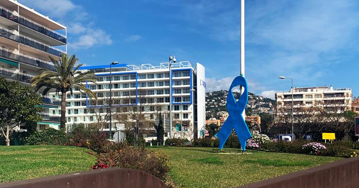 El llaç de la rotonda de l'Avinguda Vila de Blanes és de color blau, en suport als afectats per la síndrome d'Asperger