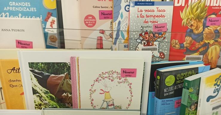 Nou expositor de literatura infantil a la Biblioteca amb novetats i recomanacions