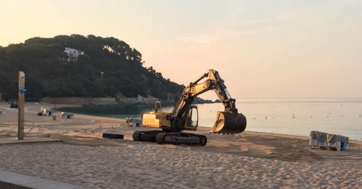 Pràcticament ja estan enllestides les actuacions per anivellar la sorra a la platja