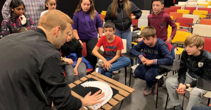 Els alumnes del Coll i Rodés aprenen matemàtiques a través de la màgia del mag Stigman