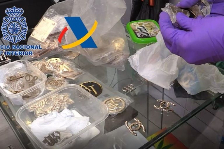 16 detinguts i 17.400 productes comissats en una operació contra les falsificacions a Lloret