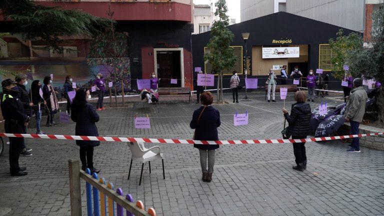 L'Aurora celebra el Dia Internacional contra la violència envers les dones amb una cadena feminista