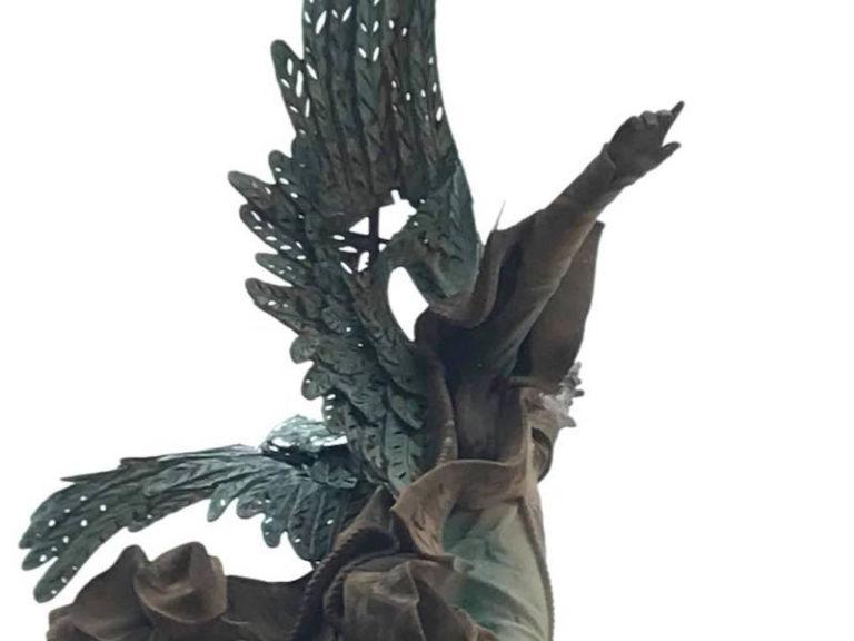 Crida veïnal per salvar el monument de l'Àngel, cada cop més degradat