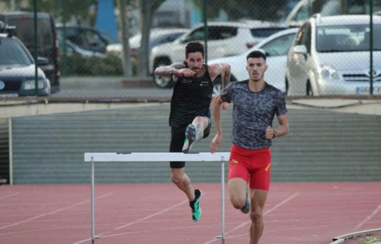 Àngel Mullera es retira de la cursa dels 3.000 metres obstacles disputada aquest dijous a Sagunt