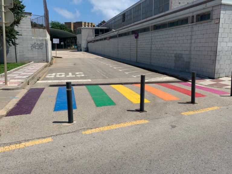 Lloret de Mar pinta un pas de vianants amb els colors de la bandera LGTBI