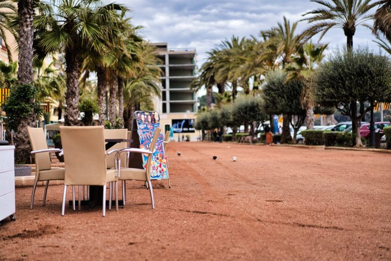 Hotelers, restauradors i comerciants, preocupats i indignats amb el confinament comarcal