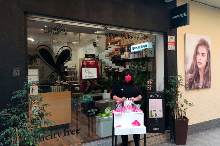 Tall gratuït i solidari contra el càncer de mama