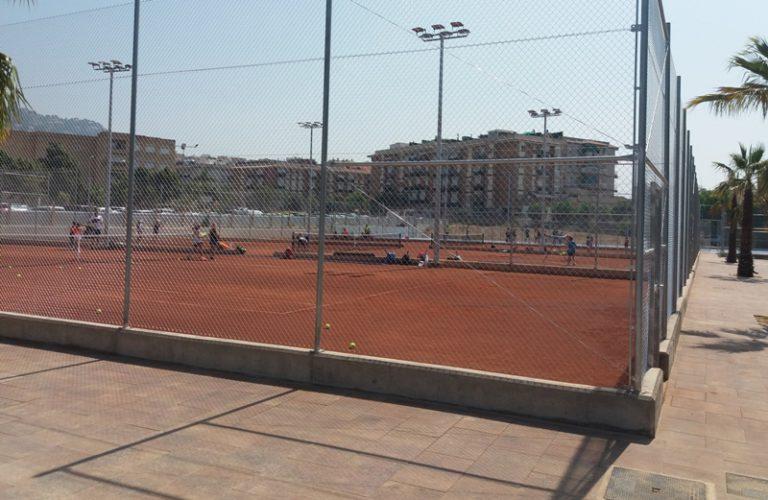 Es posen en marxa les noves pistes de pàdel i tennis, al costat de la piscina