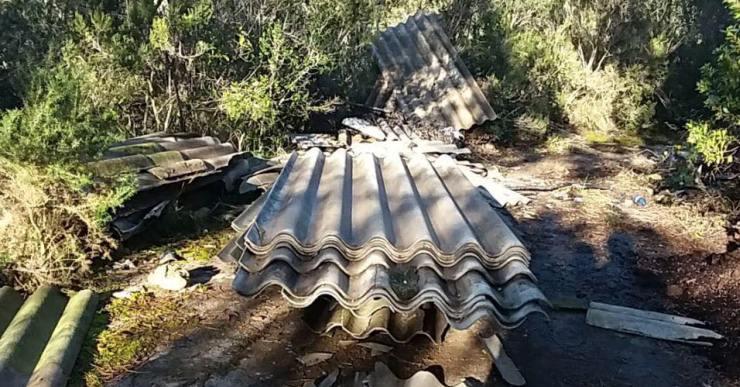 L'ADF troba 40 plaques d'amiant tallades i abandonades al mig del bosc