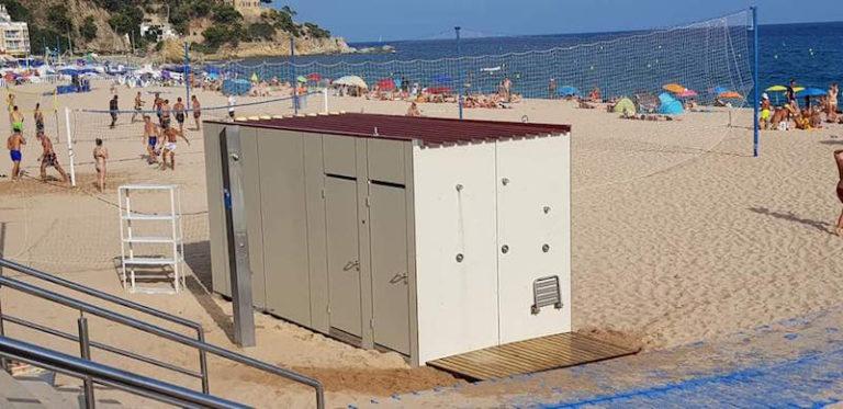 S'instal·len nous serveis de WC i vestidors en la zona esportiva de la platja de Lloret