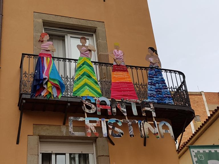 Un balcó farcit de mocadors de Santa Cristina, fent la silueta de les obreres, guanya el concurs del nucli antic