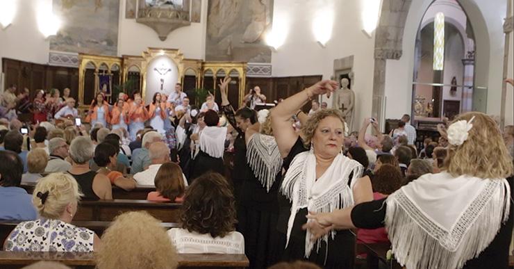 La primera trobada de 'Coros Rocieros' omple l'església de Sant Romà