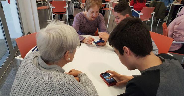 Una prova pilot permet que alumnes de la Immaculada ensenyin a usar el telèfon mòbil a gent gran