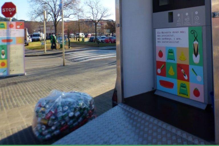 Lloret acull una campanya de reciclatge d'envasos al mercat setmanal del Rieral