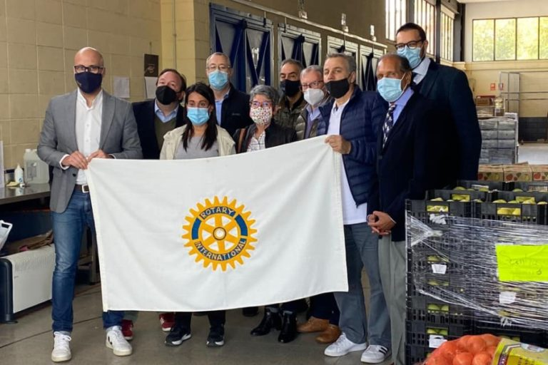 El Rotary entregarà aliments i altres productes valorats en 10.000 euros a Càritas