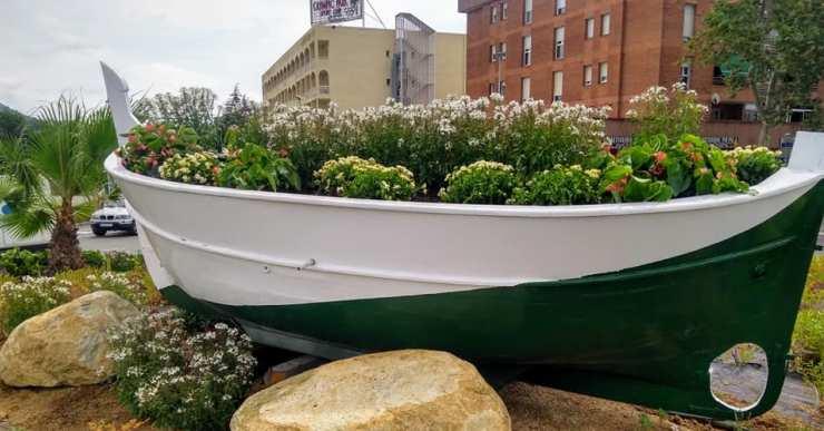 Una barca de pescadors canvia la imatge de la rotonda del Porta Lloret