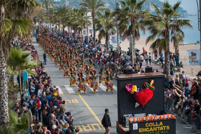 Creix la participació a la rua de Carnaval de Lloret, amb 1.500 persones repartides en 22 colles