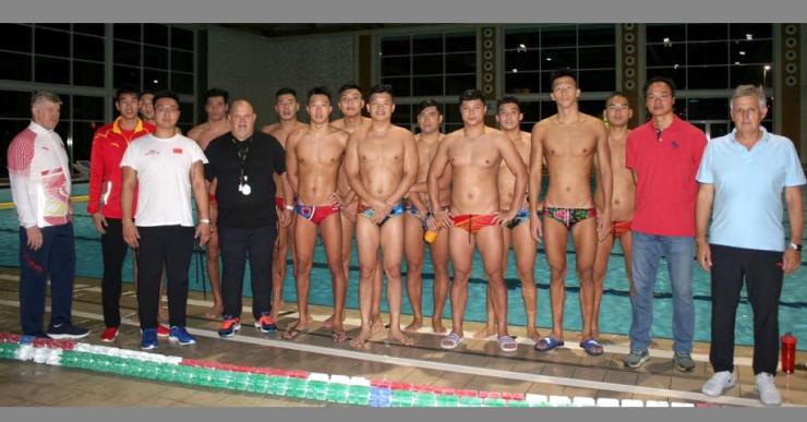 La selecció olímpica xinesa de waterpolo fa una estada a la piscina de Lloret de Mar