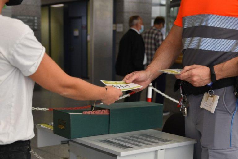 La Corporació controla amb targetes les visites als hospitals