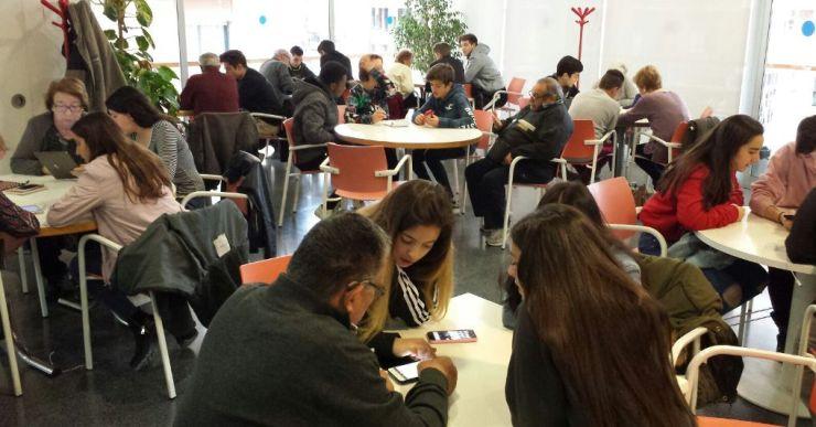 Els alumnes de la Immaculada Concepció tornaran a ensenyar a la gent gran a fer servir el telèfon mòbil
