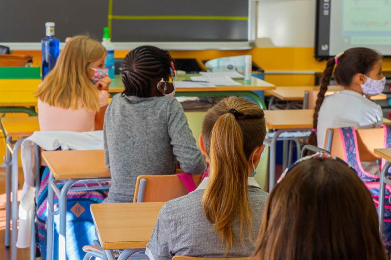 Els alumnes celebren poder tornar a l'escola i deixen en segon terme les mesures de la Covid-19