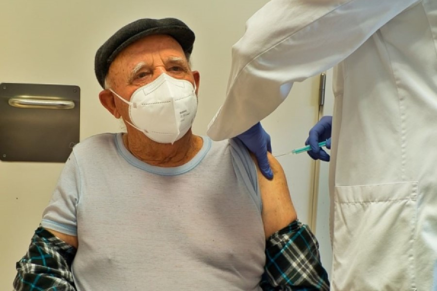Administrant la vacuna a un veí