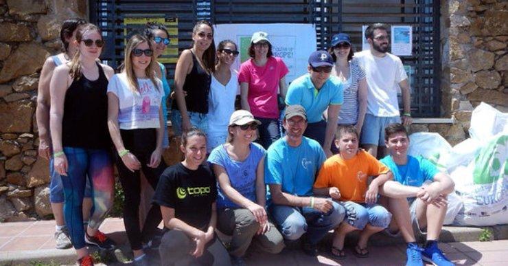 Xatrac treu 50 quilos de deixalles de la platja de Fenals amb la neteja popular