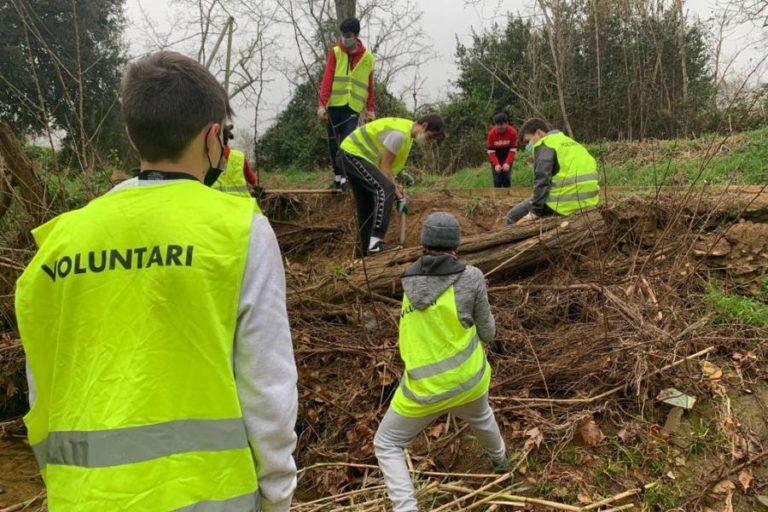 Xatrac i els alumnes del Rocagrossa netegen l'entorn natural de Fenals