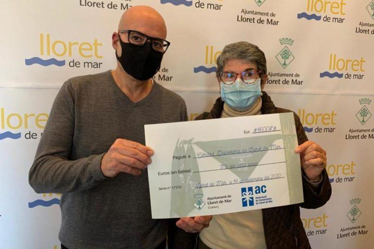 Els comerciants i l'Ajuntament lliuren 1.600 euros a Cáritas de Lloret