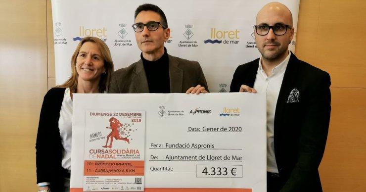 L'Ajuntament entrega un xec de més de 4.000 euros a Aspronis, de la Cursa de Nadal solidària