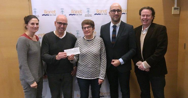 Els comerciants i l'Ajuntament entreguen 3.150 euros a Càritas a través dels mocadors solidaris