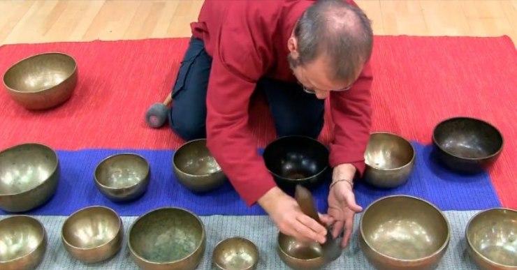 Un massatge sonor fet amb bols tibetans obrirà l'actuació de Xevi Compte