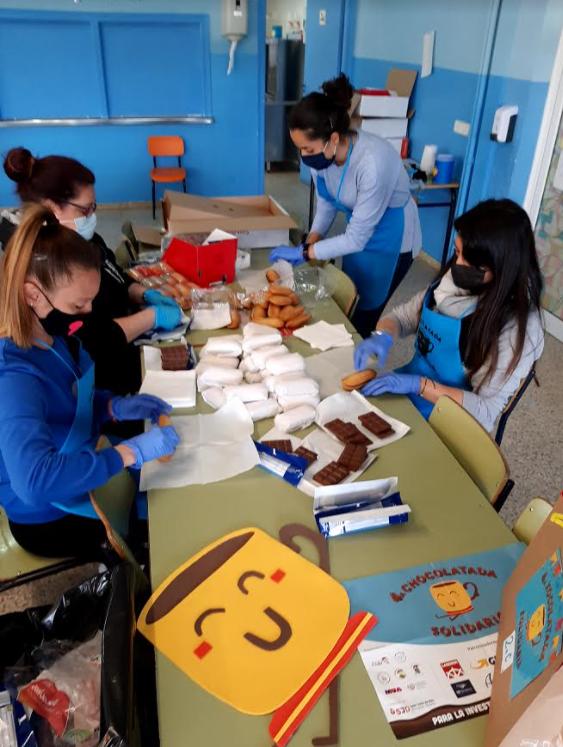 Preparant la xocolatada solidària (AMPA Pere Torrent)